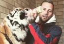 Kontra K feiert 50.000 verkaufte Tour-Tickets – und füttert nebenbei einen Tiger