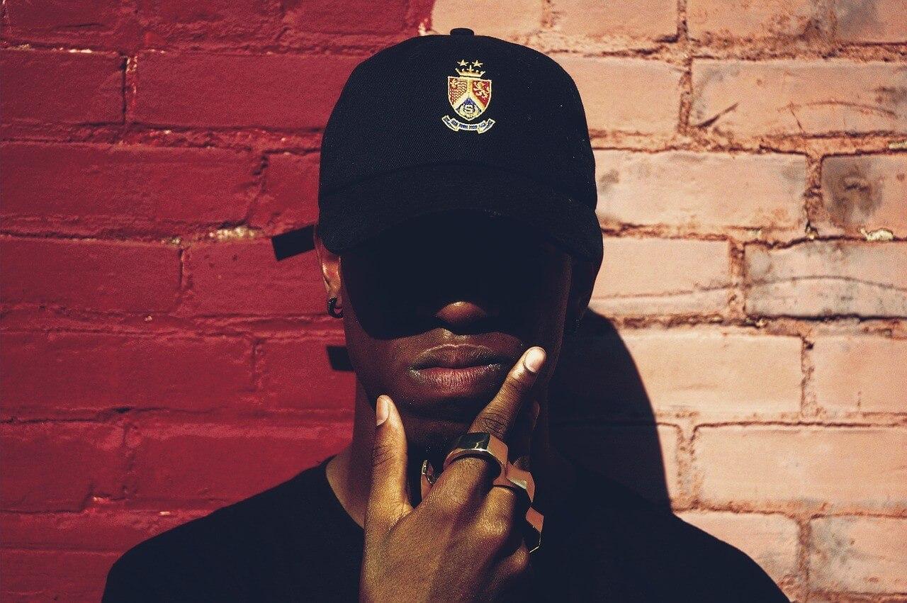 Rapper steht vor einer Wand