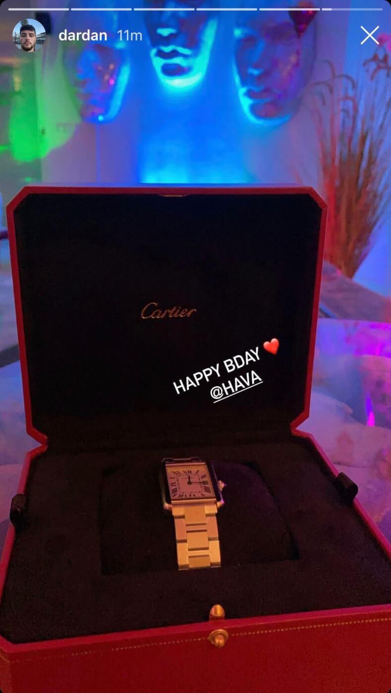 Dardan zeigt sein Geburtstagsgeschenk für seine Freundin Hava